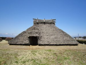 1024px-Hira-ide_Historic_Site_Park_reconstructed_Kofun_period_(600_AD)_house
