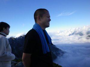 雲海を眺める部長-s