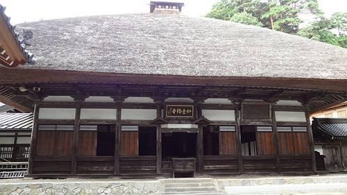 如意輪堂です。歴史を感じる木造で、ワラ葺きの屋根は圧巻です。